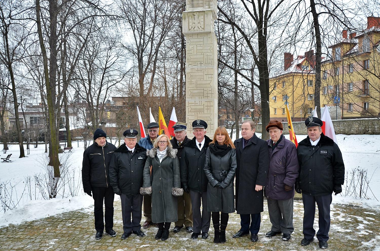 Kombatanci i przedstawiciele Gminy Olkusz pod pomnikiem